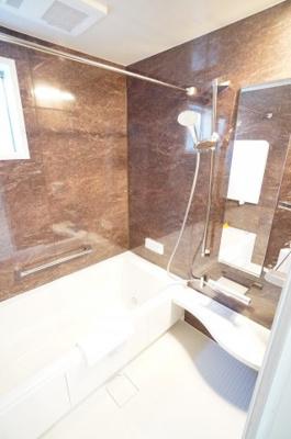 【バスルームの広さと機能がポイント】 外で干せない洗濯物の乾燥など、 乾燥機があるとありがたいです。 お風呂は一坪サイズで広くとっています。