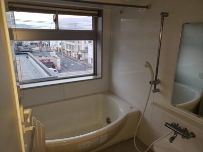浴室に窓があり