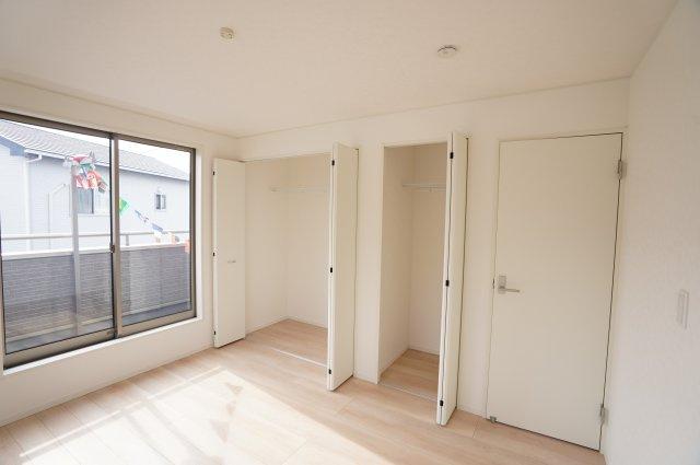 2階7帖 各部屋クローゼットあります。収納ケースを上手に活用してすっきり片付けたいですね。
