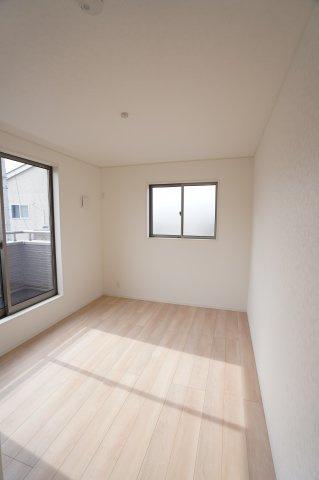 2階6.5帖 2ヶ所から出入りできる共通のバルコニーがあります。