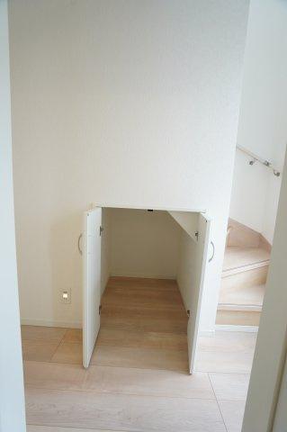 1階廊下収納 買い置きした日用品など収納するのに便利です。