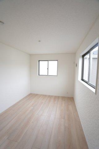 2階6帖 窓もたくさんあるので採光と通風がいいので気持ちよく過ごせそうですね。