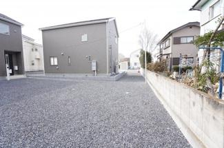 敷地も広いので駐車もラクラクです。砂利敷きなので駐車場内での不審者対策として役立ち、防犯効果があります。