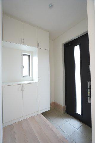 シンプルな玄関ドアです。ガラス部分から光が取り込めて玄関を明るくなります。