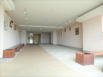 絵画も飾られた共用スペースです。