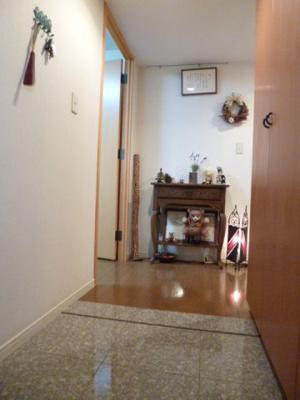 玄関の写真です。段差の少ないバリアフリー。