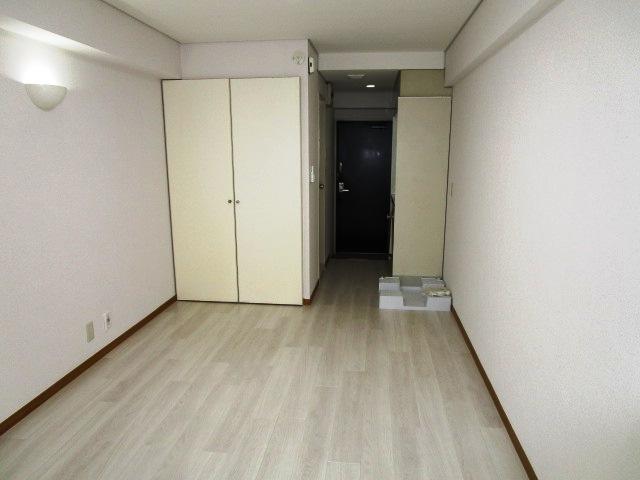 8帖の広さがあり、ゆとりのある洋室です。