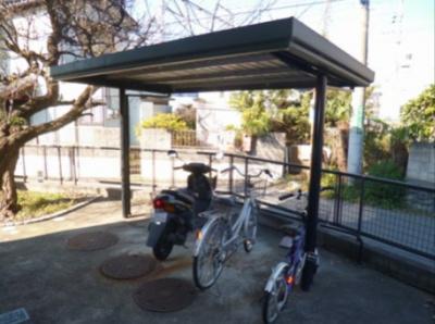 屋根付きの駐輪場で雨が降っても大切な自転車が濡れなくてすみますね♪荷物が重いときに自転車があれば助かりますね!