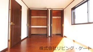 2階8帖洋室 片面一面収納でたくさん収納できます