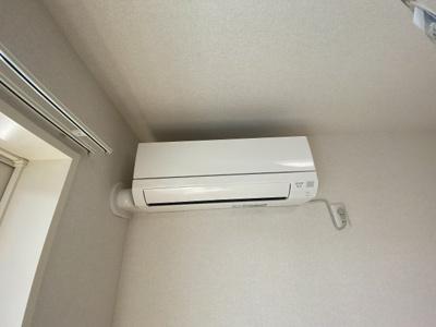 リビングダイニングキッチンにあるエアコンです!ムシ暑い夏も肌寒い冬も快適に過ごせますね♪
