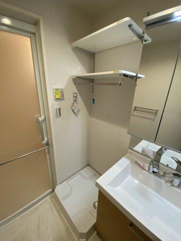 洗面所内、シャンプードレッサー横にある室内洗濯機置き場です♪室内に置けるので洗濯機が傷みにくい☆