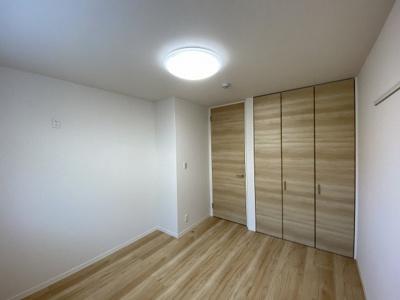 リビングダイニングキッチンから繋がる角部屋二面採光洋室5.4帖のお部屋です!子供部屋や書斎・寝室など多用途に使えそうなお部屋です♪