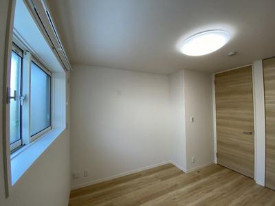 玄関側にある洋室6.2帖のお部屋です♪ベッドを置いて寝室にするのもオススメです☆