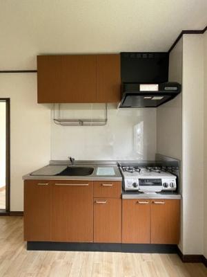 ガスコンロ設置可能のキッチンです☆ご自身でお好きなタイプのガスコンロをご用意いただけます!窓があるので換気もOK♪※参考写真※
