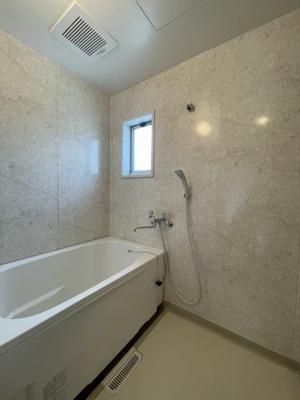 清潔感のある浴室です♪窓があるので湿気対策OK!ゆったりお風呂に浸かって一日の疲れもすっきりリフレッシュできますね☆※参考写真※