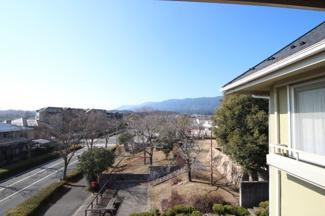 窓から公園、山々、少し琵琶湖も見えます
