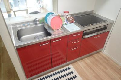 IH3口/グリル付きシステムキッチンです☆場所を取るお鍋やお皿もたっぷり収納できてお料理がはかどります!