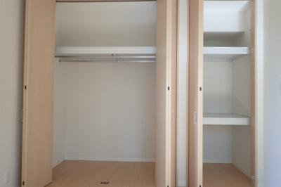 クローゼットと収納スペースのある西向き洋室5.5帖のお部屋です!荷物をたっぷり収納できてお部屋がすっきり片付きます☆