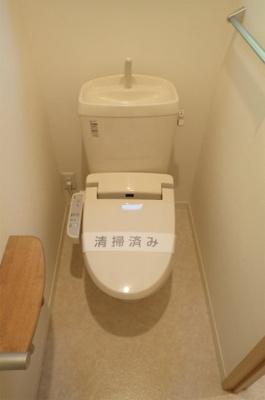 人気のシャワートイレ・バストイレ別です♪窓のあるトイレで換気もOK☆嫌なニオイがこもりません♪横にはタオルを掛けられるハンガーもあります♪