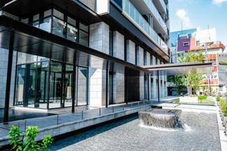 【マンション出入口外観】メイン出入り口には水盤があり、よりマンションのモダンでスタイリッシュな印象を引き立たせます。