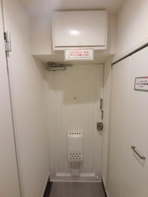 玄関部分です。たっぷり収納できるシューズボックス付♪ 必要なときだけ自動で点灯することができる人感センサー付です。