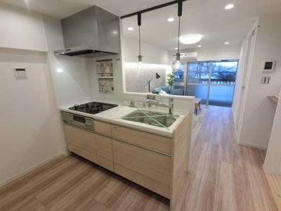 3口ガスコンロのシステムキッチンです。 明るく開放的な対面キッチンに変更♪