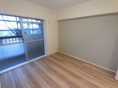 4.9帖の洋室は主寝室にいかがでしょうか。 南向きのバルコニーに面しており開放感◎
