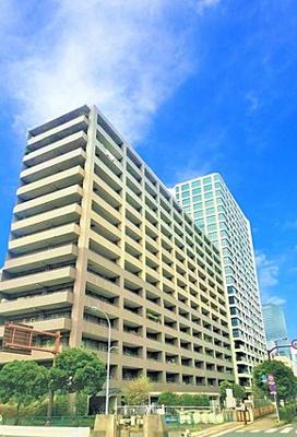 湾岸エリアに立地する14階建てのマンションです。