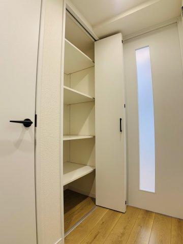廊下部分に収納を設けました。掃除機や日用品など、生活感を隠せる憎いやつ。