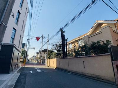 閑静な住宅街に位置する立地。駅に近いながらも静かな環境となっております。