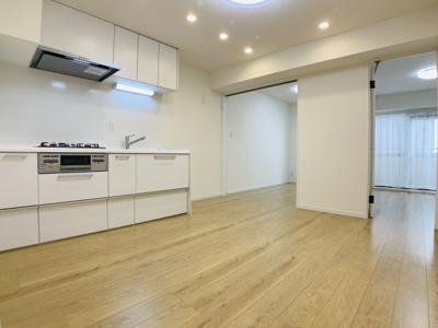 白を基調に、清潔感のある仕上がりです。天井にはLEDライトが埋め込まれ、常に明るい空間を確保。