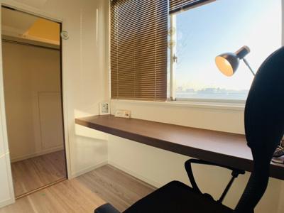 特別な場所。リモートワークにも十分に対応できる光差し込む気持ちの良いワーキングスペース。