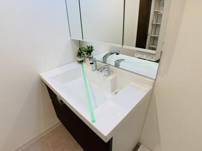 ホテルライクな白を基調とした洗面化粧台。身だしなみに気合が入りそうですね。