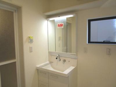 シャワー付き三面鏡洗面台&上部棚