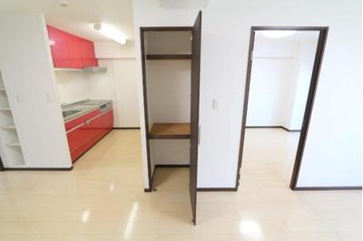 リビングの収納です。キッチンパントリーとしも活用いただけます。