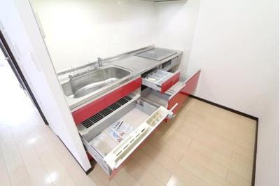 スライド式の収納で調理器具の整理整頓ができますね。
