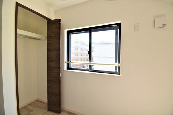 同仕様のクローゼットです。 各居室に収納を完備しております!