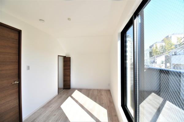 窓が大きく、明るいお部屋です! 収納もあって嬉しい♪