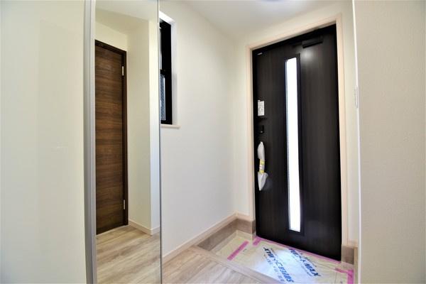 同仕様の玄関です! ドアを開けた瞬間、明るい開放的な玄関が迎え入れてくれます! この玄関は帰りたくなりますね!