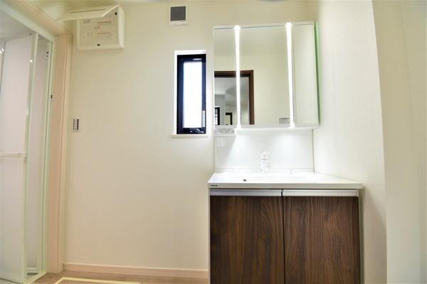 同仕様の洗面台です。 収納も豊富です!!