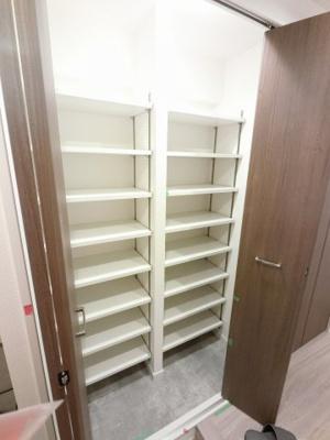 たっぷり収納できるシューズインクローゼット付です。 可動棚のためブーツなども収納できます。