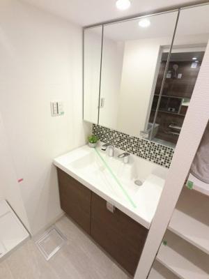 三面鏡付洗面化粧台です。 収納棚付のためバスタオルや洗濯用品など多目的に収納できます。