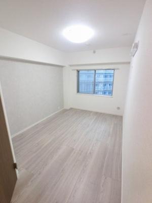 6.0帖の洋室は主寝室にいかがでしょうか。 たっぷり収納できますので、整理整頓もスムーズに。居室空間をより広々と使えます!