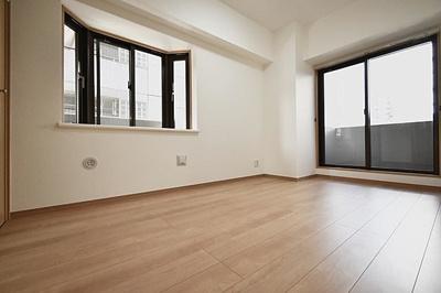 約5.7帖の洋室です。2面採光で明るく風通し良好です。