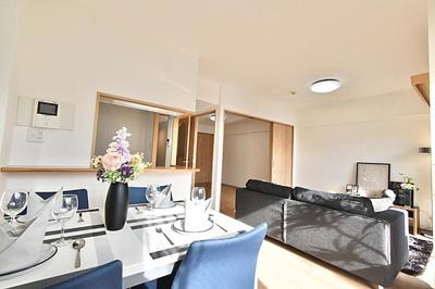 リビング隣の洋室とつなげて広い空間にすることもできます。