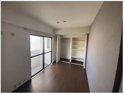 6,1畳の洋室♪ 主寝室にいかがでしょうか。 収納もしっかりご用意しております。