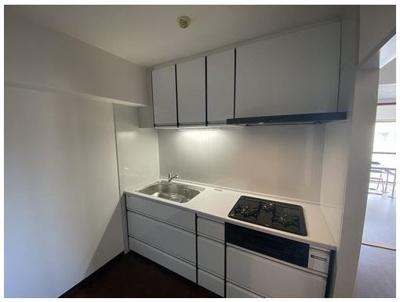システムキッチンリフォーム済み♪ 収納も多く、広々とお使いいただけますよ♪