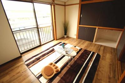 南向きの洋室6帖 元々の押し入れをリフォームして収納+猫のトイレスペースにしました。