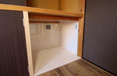 猫のトイレスペース:小型換気扇を取り付け、天井・壁・床を拭きやすい素材にしました。システムトイレを2つ置けると思います。