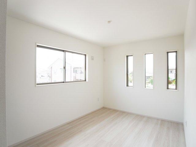 現地写真 二面採光で明るく風通しの良い2階洋室♪